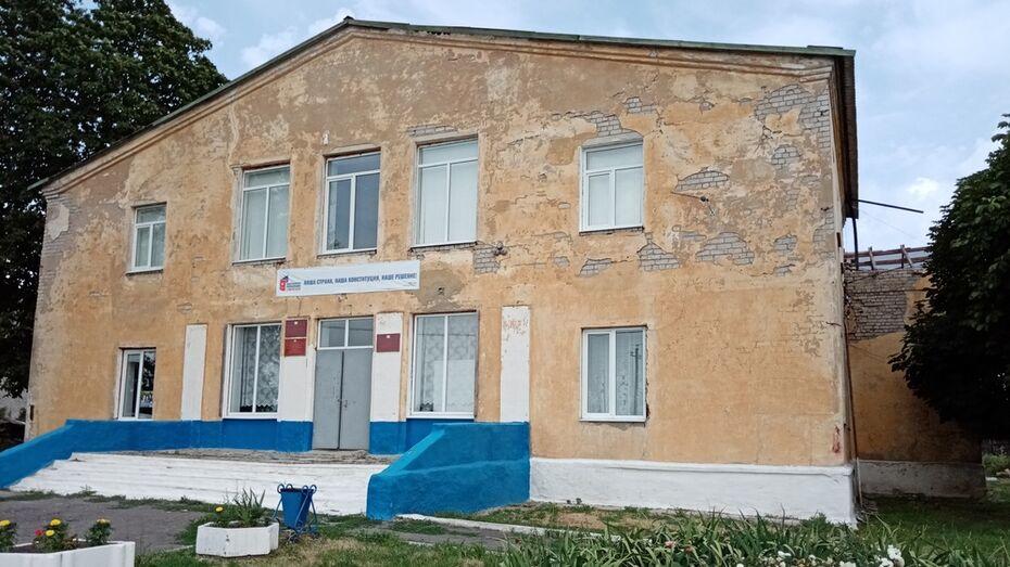 В репьевском селе Новосолдатка впервые за 59 лет отремонтировали крышу Дома культуры