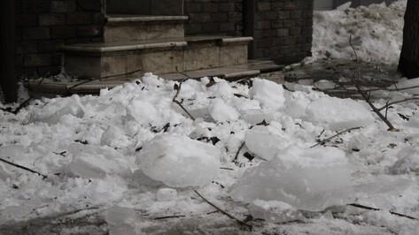 СК возбудил уголовное дело после падения глыбы льда на пенсионерку в центре Воронежа