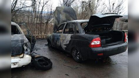 В Боброве возле здания МФЦ сгорели 2 автомобиля