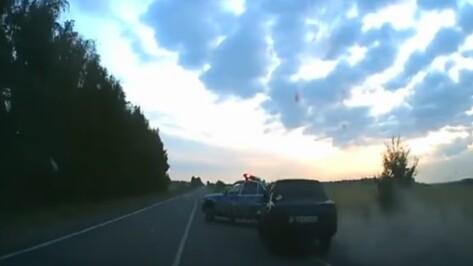В Сети появилось видео с перевернувшейся при погоне машиной ДПС в Воронежской области