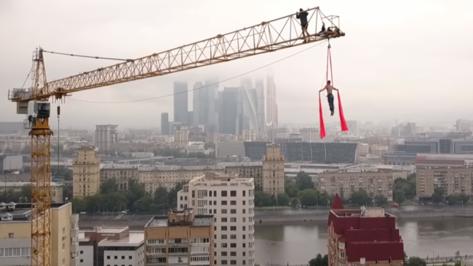 Воронежский экстремал опубликовал видео трюка на башенном кране в Москве