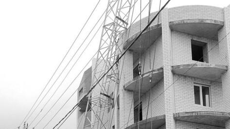 На стройке пятиэтажки в Боброве едва не рухнул строительный кран