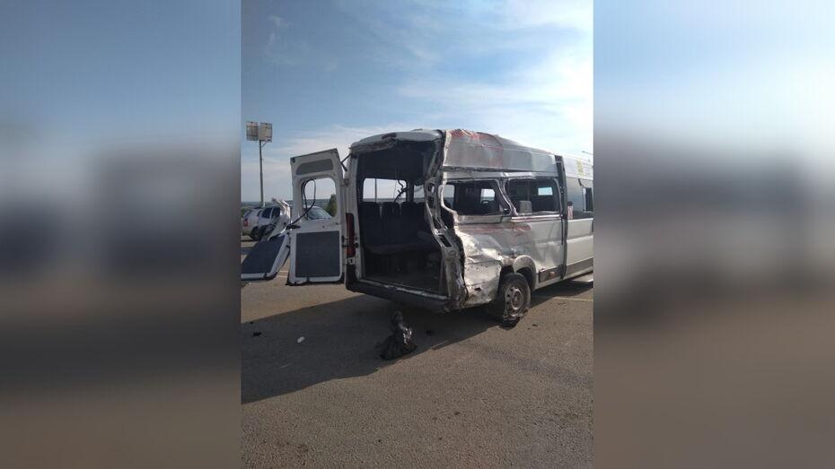 Облздрав уточнил число пострадавших в ДТП с микроавтобусом под Воронежем