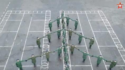 Военные выстроились в фигуры символов Нового года в Воронежской области