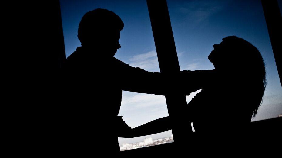 В Воронеже мужчина изнасиловал девушку-инвалида в съемной квартире