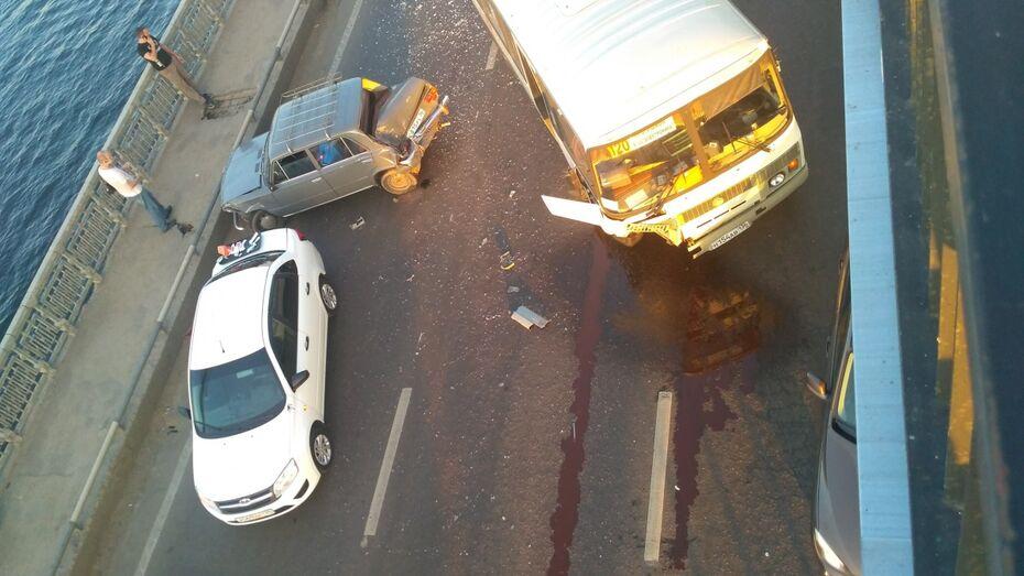 В Воронеже столкнувшиеся 2 легковушки и «ПАЗ» спровоцировали пробку на Северном мосту