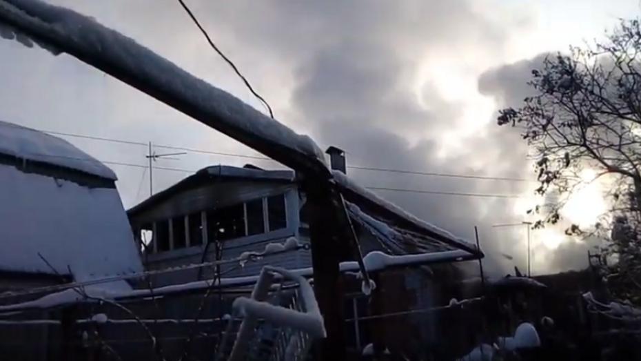 В Воронеже на видео попало тушение пожара в микрорайоне Сомово