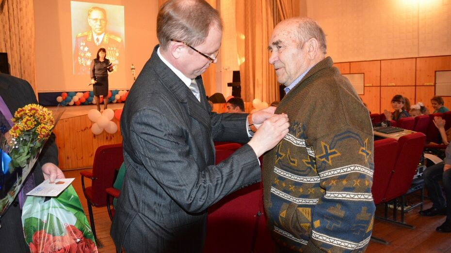 Поворинские ветераны получили юбилейные медали