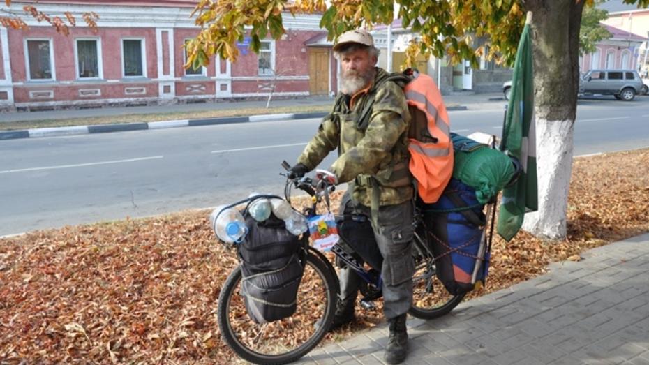 В Павловске проездом побывал уральский велопутешественник