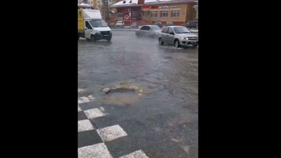 На улице Шишкова в Воронеже снова прорвало канализацию