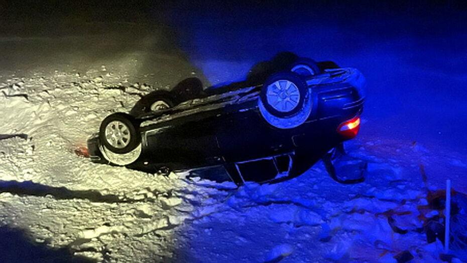 Перевернувшийся в Воронежской области Nissan вызволили из снежного плена