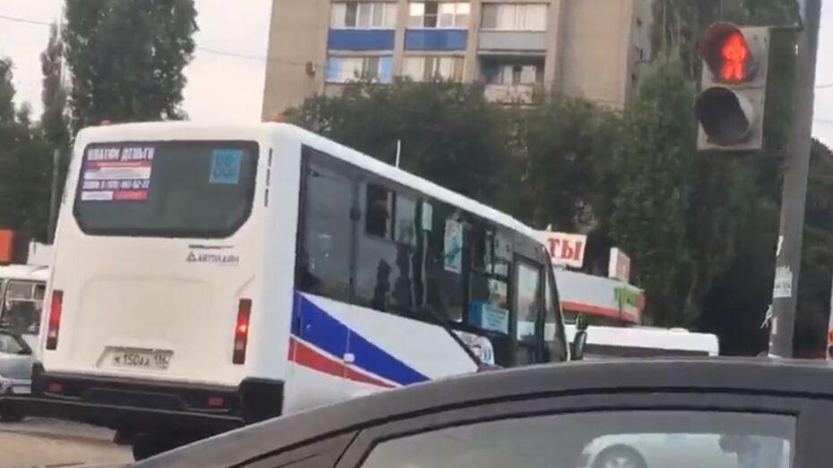 В Воронеже объехавшего пробку по «зебре» водителя маршрутки оштрафовали на 500 рублей