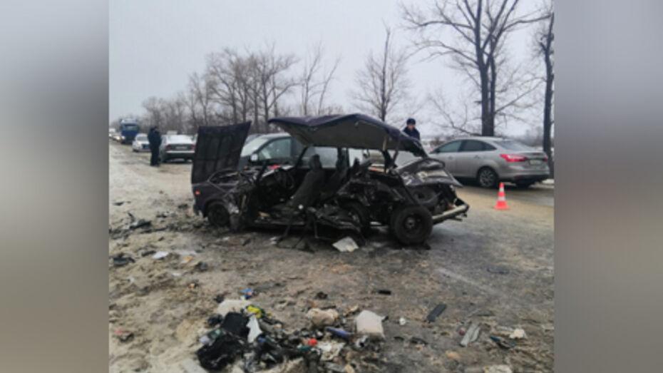 В лобовом столкновении легковушек под Воронежем 4 человека пострадали и 1 погиб