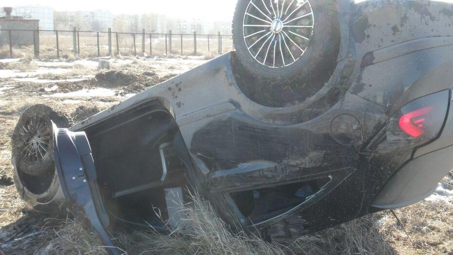 В Борисоглебске доставили в больницу водителя перевернувшейся иномарки