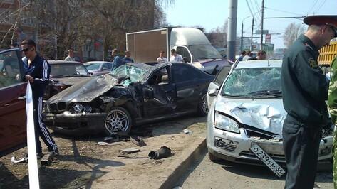 В Воронеже на Бульваре Победы иномарка перелетела через разделительную и врезалась в припаркованные авто