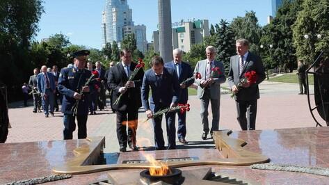 Руководство Воронежской области возложило цветы к Вечному огню на площади Победы