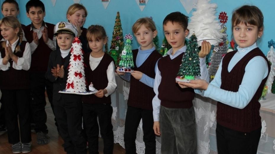 В таловской школе создали коллекцию новогодних елок