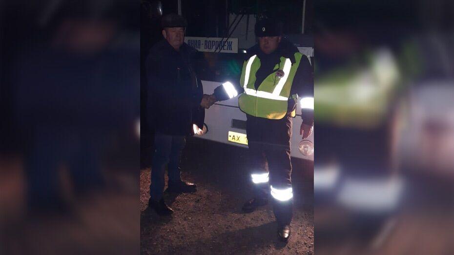 Панинские автоинспекторы помогли водителю починить рейсовый автобус на трассе