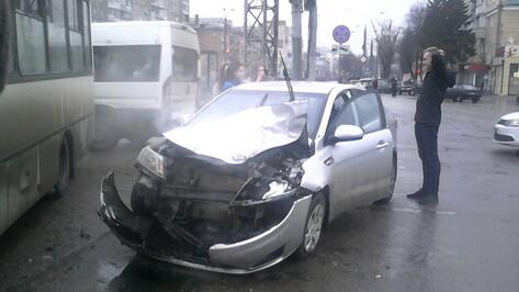 Маршрутка врезалась в иномарку в центре Воронежа