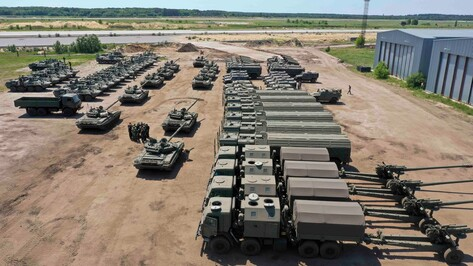 На военном аэродроме Воронежа провели тренировку автоколонны парада