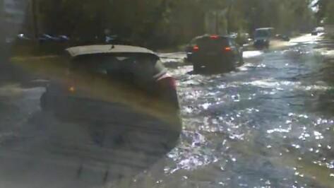 Воронежскую улицу Беговую затопил поврежденный водопровод