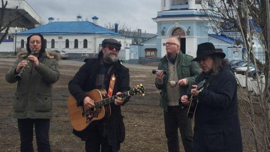 Певец Борис Гребенщиков дал мини-концерт у храма в Воронеже