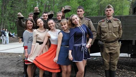 Воронежцы станцевали под патефон и гармонь на ретро-вечеринке