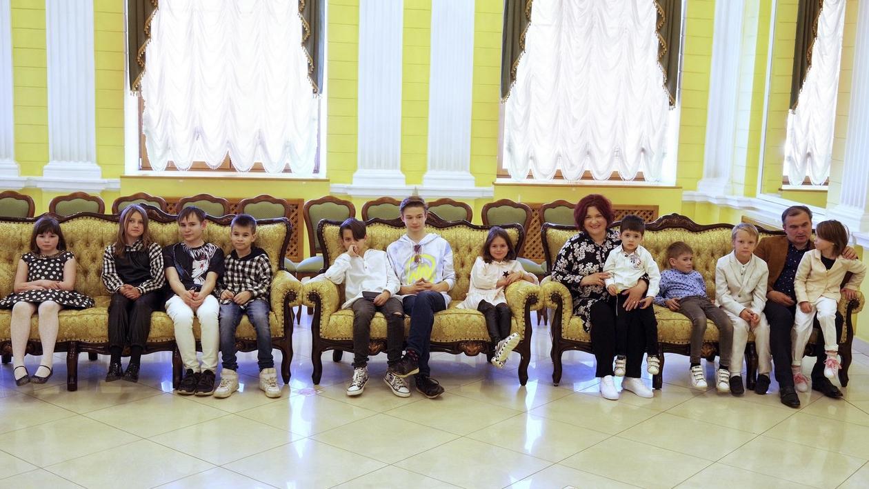 «Наши дети - это наше богатство». Воронежскую многодетную семью наградили почетным знаком