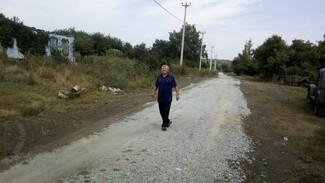 В нижнедевицком селе Кучугуры активисты укрепили щебенкой 1,1 км грунтовки