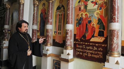 В храмах начали протирать иконы антисептиком из-за угрозы коронавируса