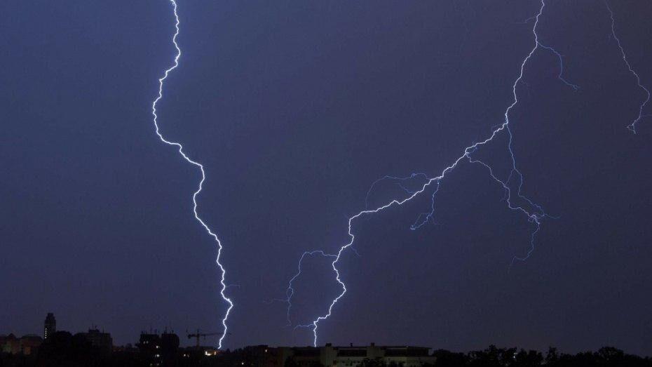 Спасатели объявили штормовое предупреждение из-за грозы и града в Воронежской области