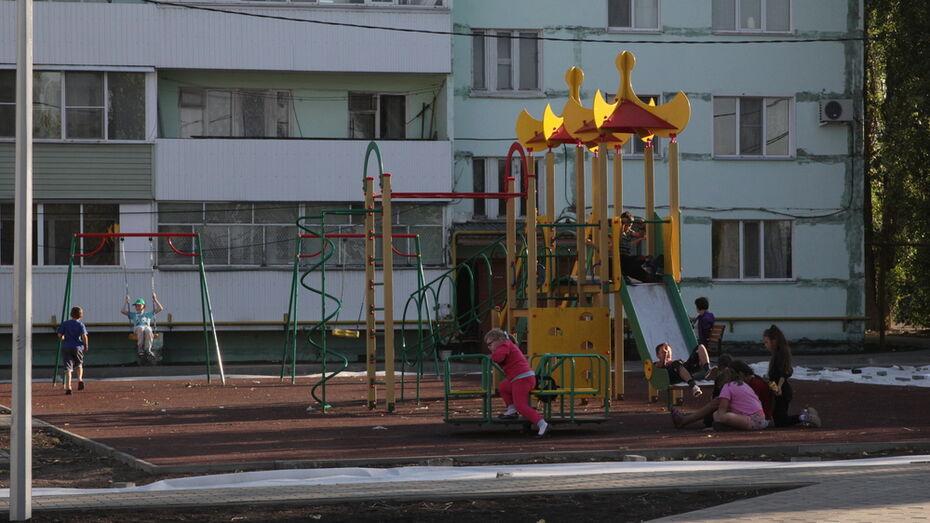 В Боброве территорию 2 дворов многоэтажек благоустроили за 10,8 млн рублей