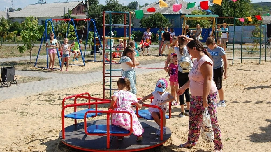 В россошанском селе Новая Калитва сделали детскую площадку за 1 млн рублей