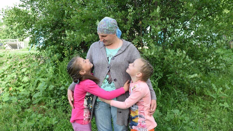 Онкобольная мать-одиночка попросила помощи в сборе двойняшек в школу в Воронежской области