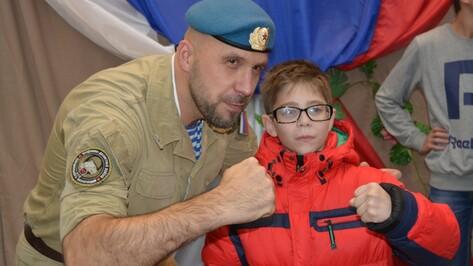 В Богучаре по случаю годовщины операции «Малый Сатурн» с концертом выступил ветеран ВДВ