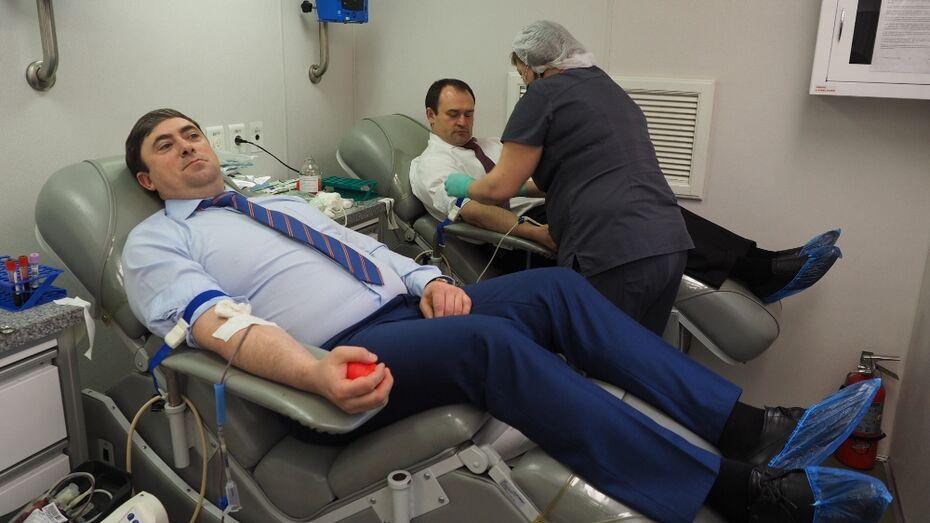 Воронежские чиновники сдали кровь для детских больниц