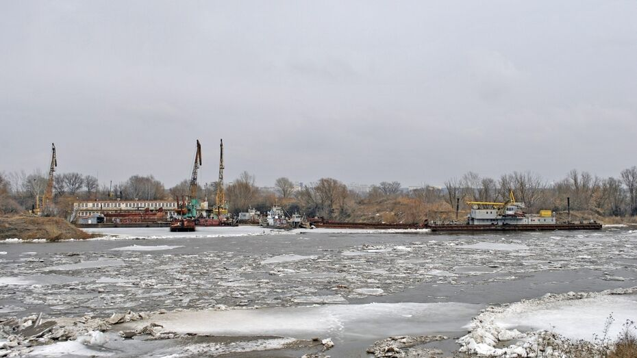В семилукском порту на Дону сильным ветром от причала сорвало 4 баржи