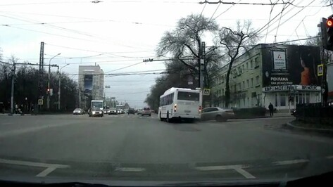 Столкновение автобуса №41 и иномарки в Воронеже попало на видео