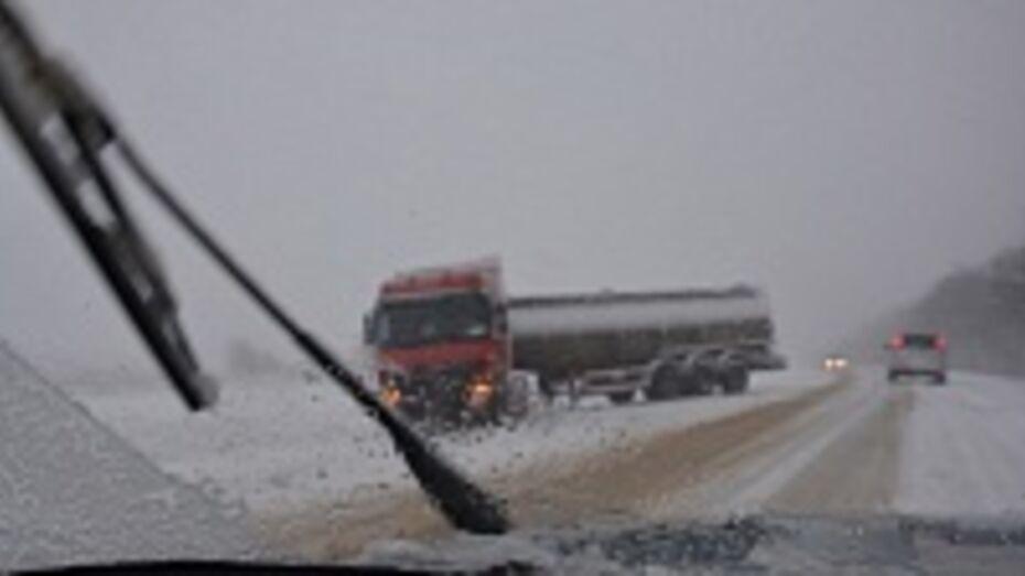 Из-за утреннего снегопада сотрудники Рамонского отделения ГИБДД работают в авральном режиме