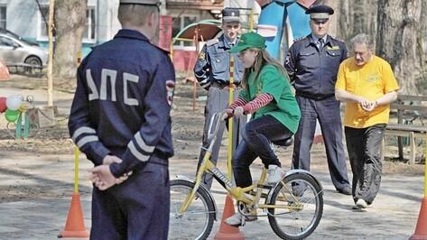 Под Воронежем юные инспекторы движения соревновались в знании ПДД и вождении велосипеда