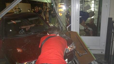 Виновник ДТП на Ленинском проспекте в Воронеже не пострадал, ранены две девушки и парень (ФОТО)