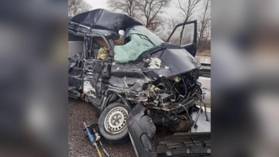 В лобовом столкновении микроавтобуса и фуры под Воронежем погиб пассажир Volkswagen