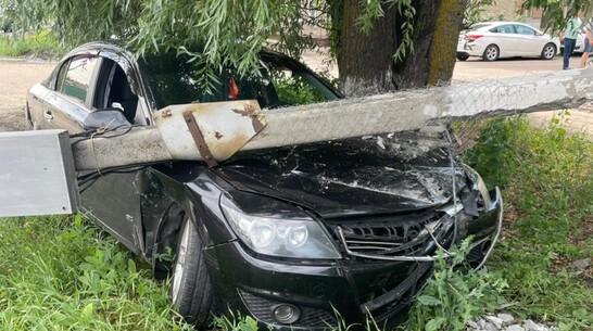 В Борисоглебске 19-летняя автомобилистка сбила столб со светофором