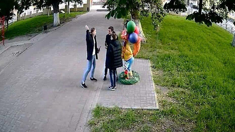 В Борисоглебске камера видеонаблюдения сняла подростков-вандалов