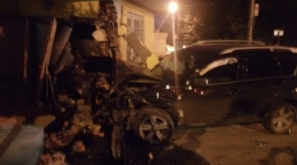 Peugeot снес угол дома после ДТП в Воронеже