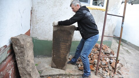 «Гость из прошлого». Воронежец нашел у себя во дворе надгробие XIX века