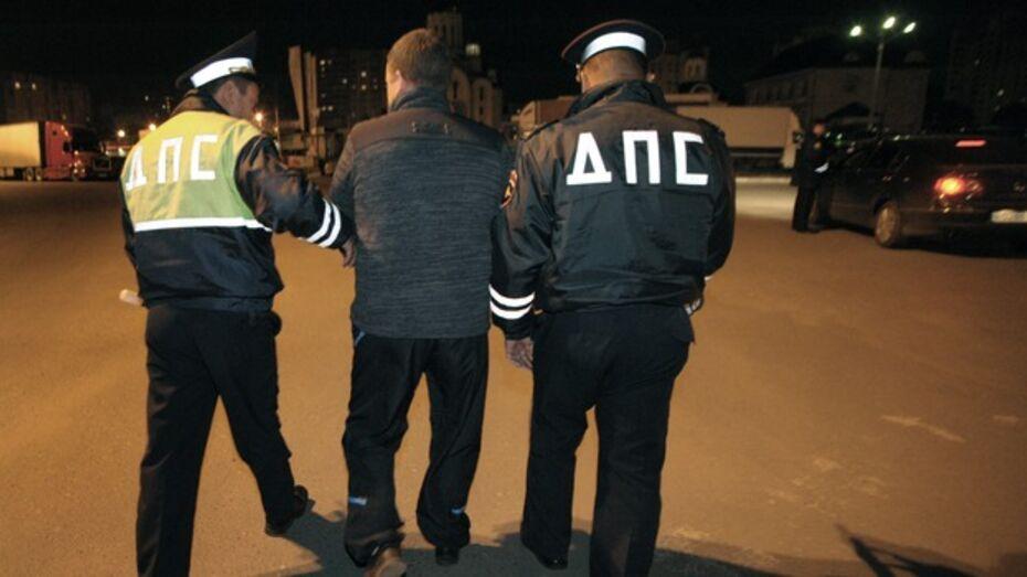 В Лисках семейная пара избила полицейского