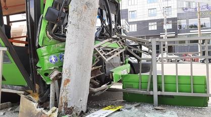 В центре Воронежа пассажирский автобус врезался в столб: 7 человек пострадали