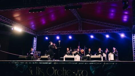 Оркестр Алекса Мендхама сыграл голливудский джаз в Рамонском замке под Воронежем