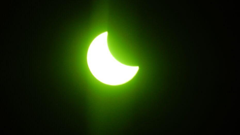 Жители Калача увидели солнечное затмение